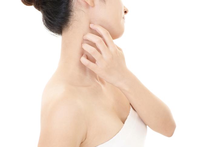 首が乾燥している女性の画像