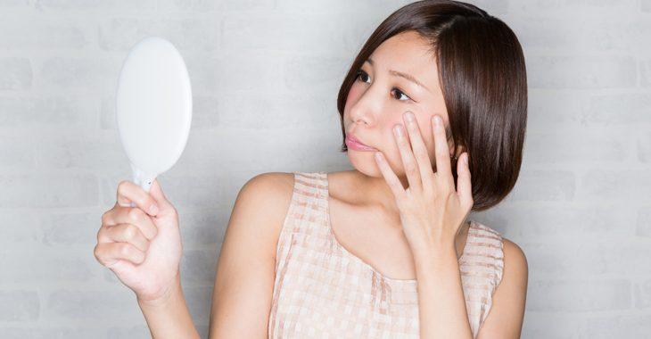 目元のしわを改善したい女性の画像