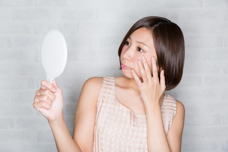 肌荒れのためスキンケアに悩む女性の画像