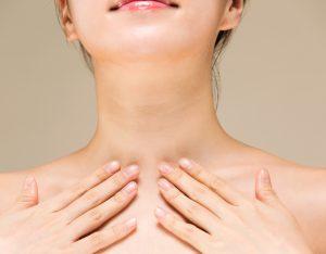 首のしわの原因を知りたい女性の画像