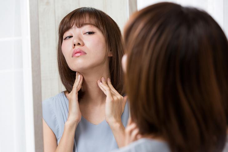 リンパ節の腫れが気になる女性の画像