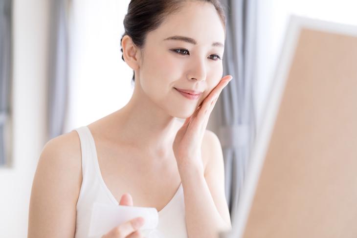 乾燥をクリームで改善した女性の画像