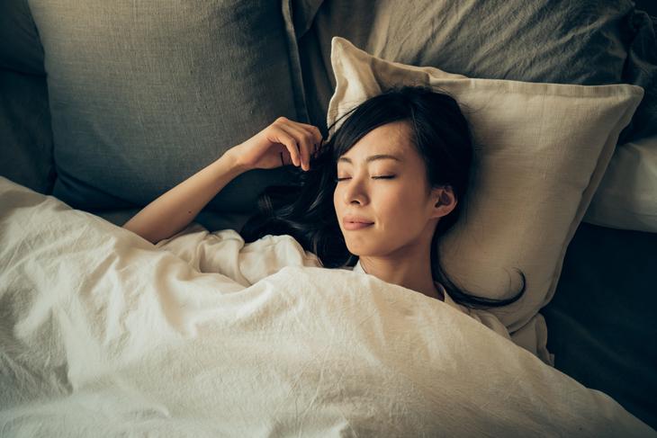 肌のボロボロを改善するために熟睡する女性の画像
