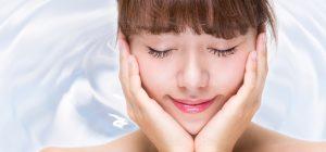 肌の乾燥対策をする女性の画像