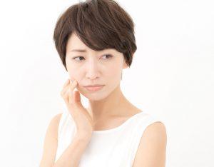 顔が乾燥して痛い女性の画像