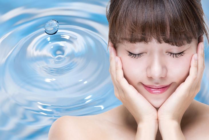 顔の保湿をしている女性の画像
