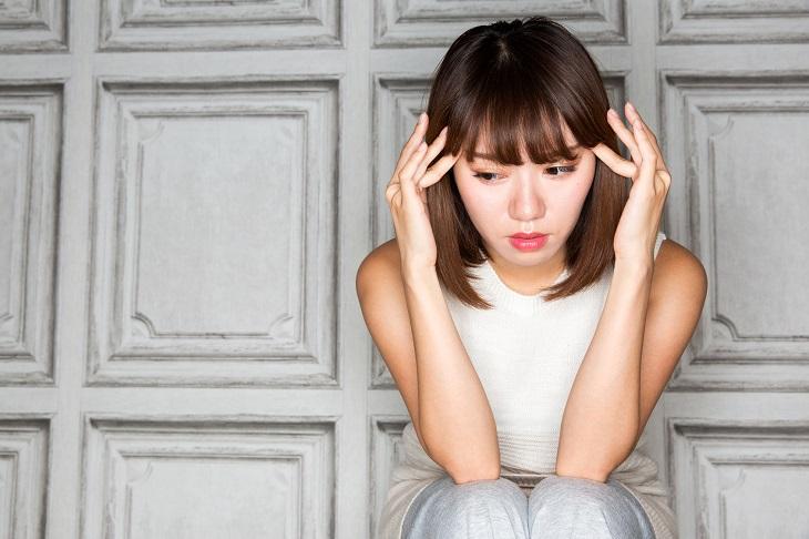肌荒れの原因のホルモンバランスに悩む女性の画像