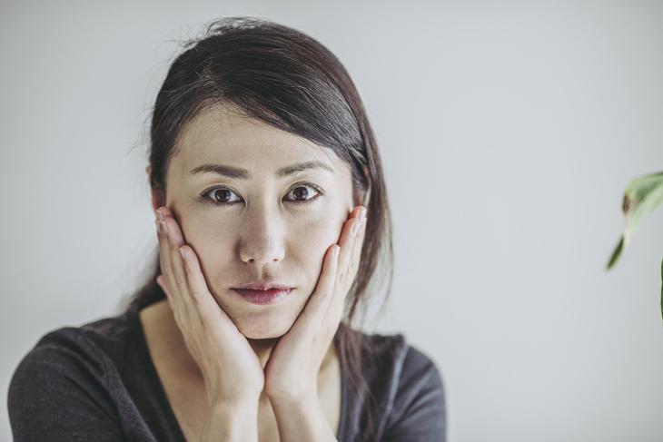 ひどい肌荒れに悩む女性の画像