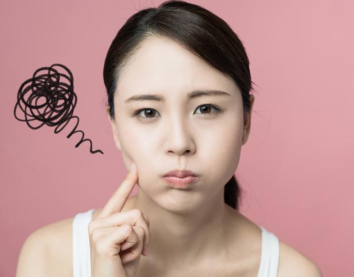 肌荒れによる赤みに悩む女性の画像