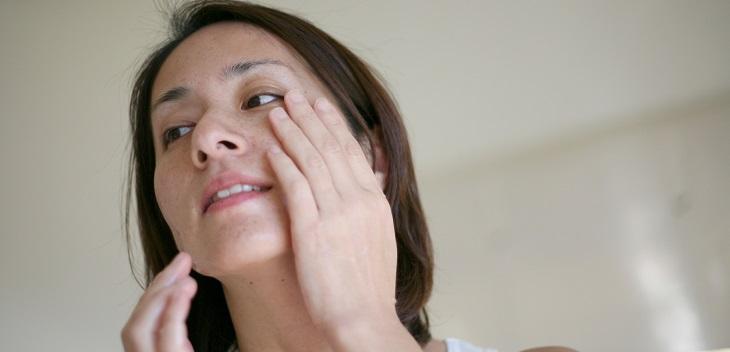 肌が敏感でザラザラしている女性の画像