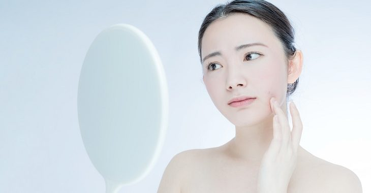 肌がザラザラしている女性の画像