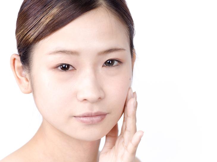 乾燥肌のスキンケアに悩む女性の画像