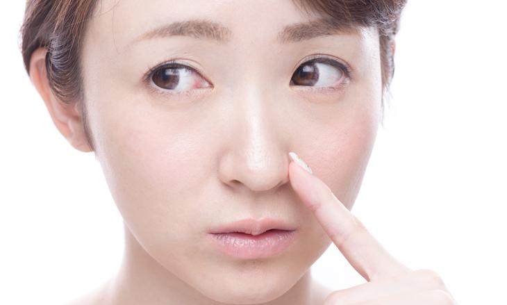 鼻の乾燥に悩む女性の画像
