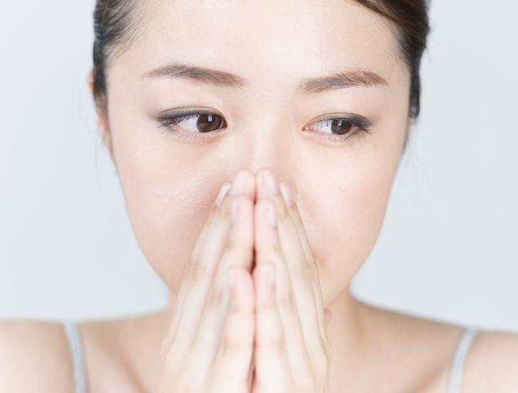 鼻を触りすぎる女性の画像