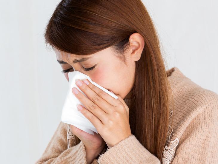 鼻をかむ女性の画像