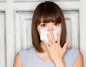 マスクの肌荒れが心配な女性の画像