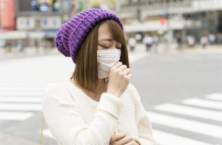 マスクの肌荒れが気になる女性の画像