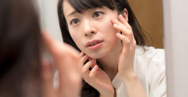 肌がボロボロで悩む女性の画像