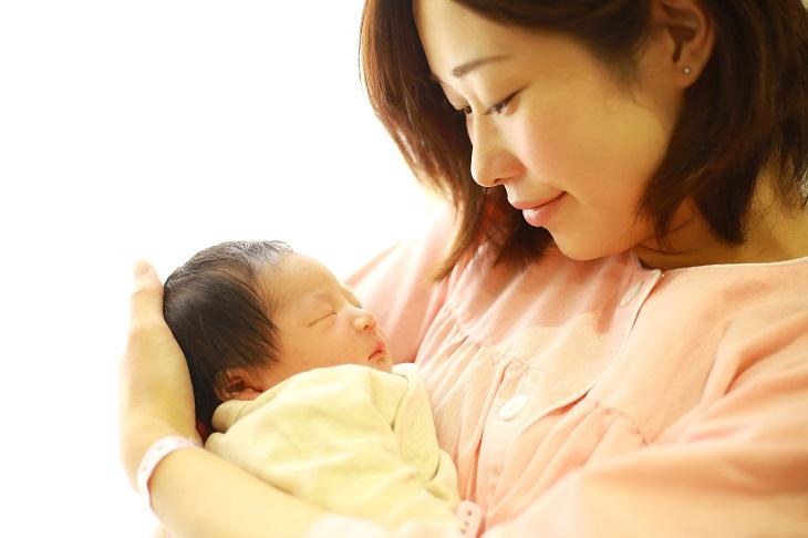 産後の母親の画像