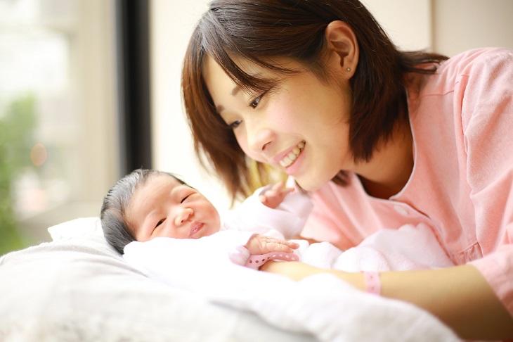 産後の肌荒れに悩む女性の画像
